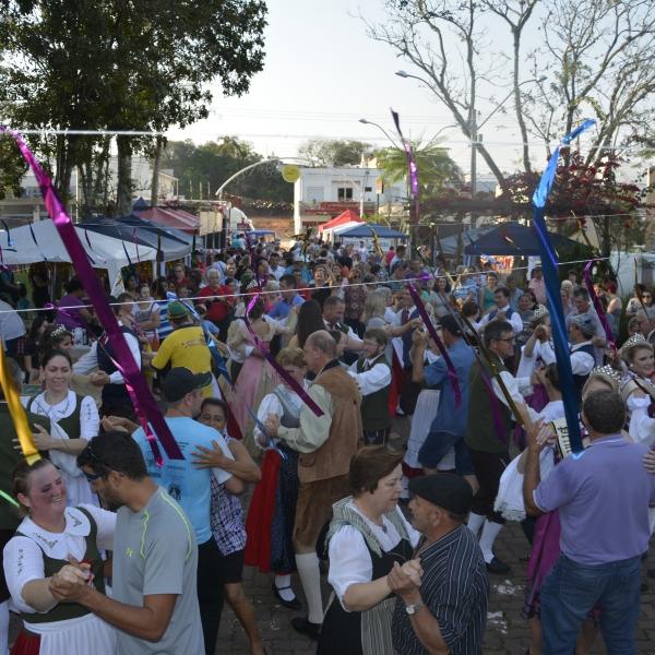 Público lota a praça no feriado